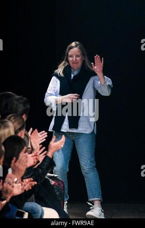51383bba1cc0 ... Créateur Sarah Burton pendant l Alexander McQueen show dans le cadre de  la Paris Fashion