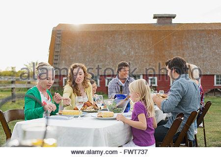 Bénéficiant d'un repas de famille en plein air sur la propriété rurale. Banque D'Images