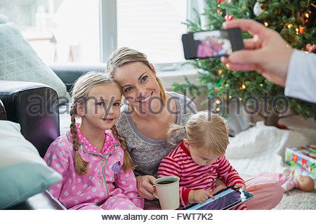 Mère et fille posant pour une photo de famille à Noël Banque D'Images