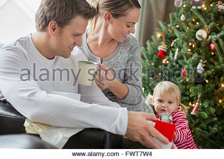 Family opening Christmas gifts Banque D'Images