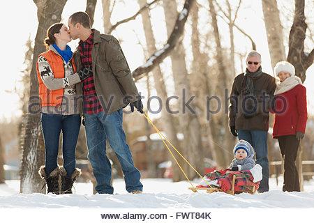 Multi-generation family dehors pour une promenade d'hiver Banque D'Images
