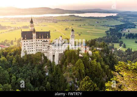 Très belle vue du coucher de soleil du château de Neuschwanstein à Fussen Bavière, Allemagne Banque D'Images