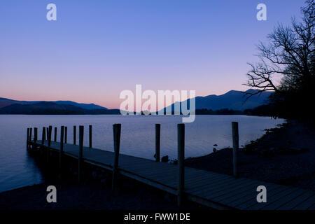 Une jetée à Ashness Landing au lever du soleil sur l'eau, Derwent Parc National de Lake District, Cumbria, Royaume Banque D'Images