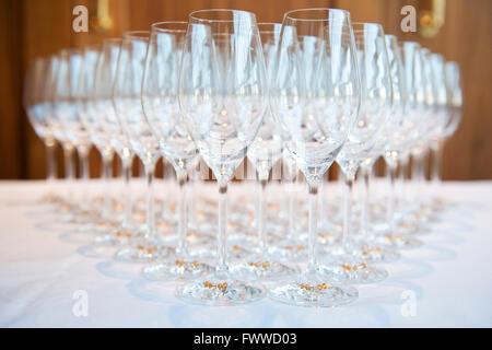 Close up image de verres à champagne vide avec la tige de verre charms sur la queue pour l'entretien dans un hôtel Banque D'Images