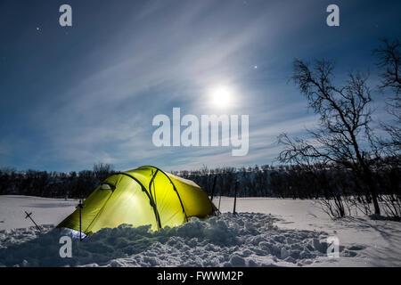Tente dans la nuit polaire de la Finlande Banque D'Images