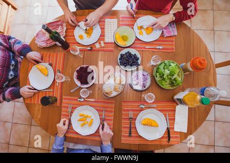 Au déjeuner de famille, apéritifs, entrées manger Vue du dessus de la table avec de la nourriture Banque D'Images