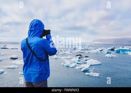 Photographe de voyage nature, personne prenant photo d'icebergs de l'Arctique en Islande Banque D'Images