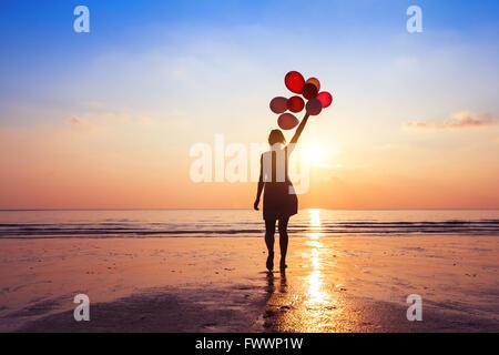 La motivation ou l'espoir concept, suivez votre rêve et d'inspiration, Girl with balloons at sunset Banque D'Images