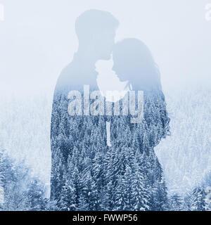 L'amour en hiver, silhouette de couple sur fond de forêt, double exposition Banque D'Images