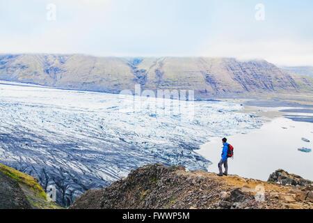 Traveler bénéficiant d'une vue panoramique sur glacier en Islande Banque D'Images