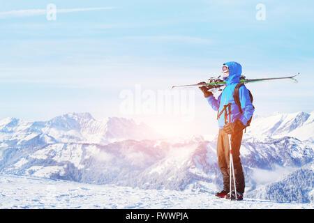 Vacances d'hiver, ski hors piste à la montagne, beau fonds de Banque D'Images