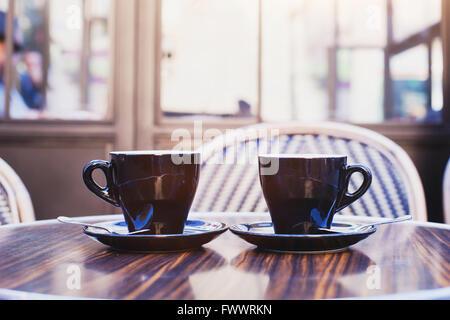 Deux tasses de café sur la table de café à Paris Banque D'Images
