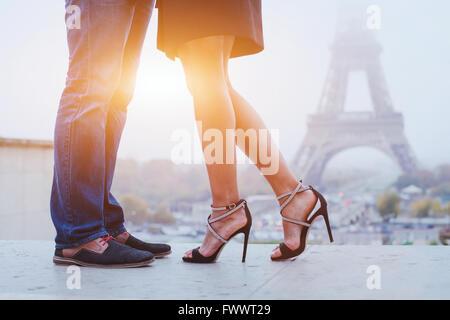 Vacances romantiques à Paris, les pieds de couple près de Eiffel tower Banque D'Images