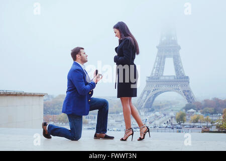 M'épouser, proposition à Paris près de la Tour Eiffel Banque D'Images