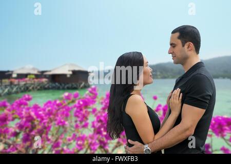 Heureux couple interracial dans l'amour de la mer, avec en arrière-plan des vacances Bungalow .,vacances, voyages Banque D'Images