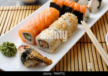 Set à sushi avec le poisson sur la plaque Banque D'Images
