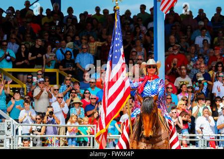 Femme à cheval, vêtus de couleurs de l'Amérique et portant le Stars and Stripes, le drapeau américain, Arcadia Rodeo, Banque D'Images