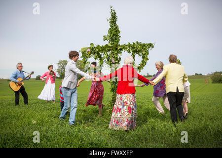 La Suède, Skane, famille avec deux enfants (6-7, 8-9) au milieu de célébrations Banque D'Images