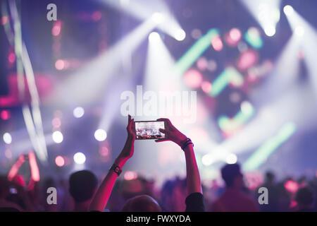La Finlande, Helsinki, Uusimaa, Woman using smart phone sur les concerts Banque D'Images
