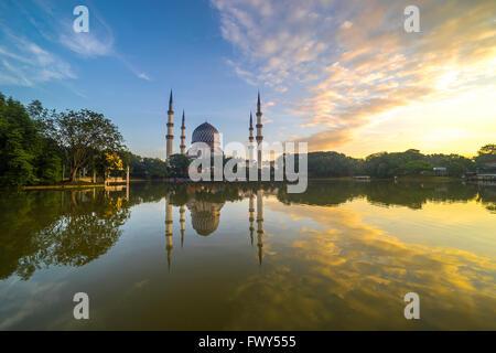SELANGOR, MALAISIE - 30 janvier 2016: Le beau Sultan Salahuddin Abdul Aziz Shah Mosquée (aussi connu comme la Mosquée Banque D'Images