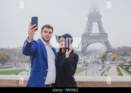 Couple de touristes de prendre des photos avec la Tour Eiffel à Paris, tourisme en Europe, selfies, France Banque D'Images