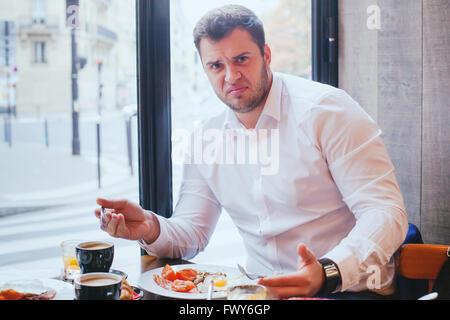 Déplut client en colère en restaurant, l'homme malheureux avec de la nourriture et de mauvais service. Banque D'Images