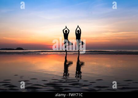 Yoga sur la plage, groupe de personnes qui pratiquent un mode de vie sain Banque D'Images
