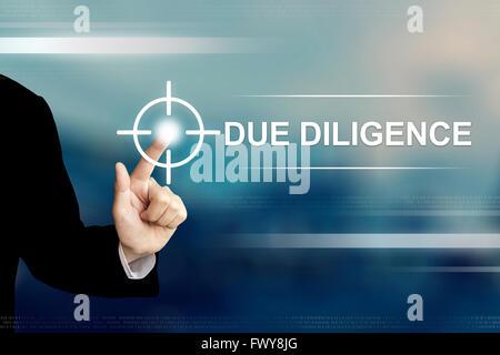La main d'affaires due diligence poussant bouton sur une interface d'écran tactile Banque D'Images