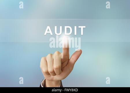 La main d'affaires vérification poussant sur le bouton Arrière-plan flou Banque D'Images