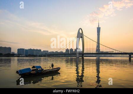 La soirée du Pearl River bateaux sur le pont Liede Banque D'Images