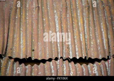 Vieux toit en tôle ondulée plaque métallique. Banque D'Images