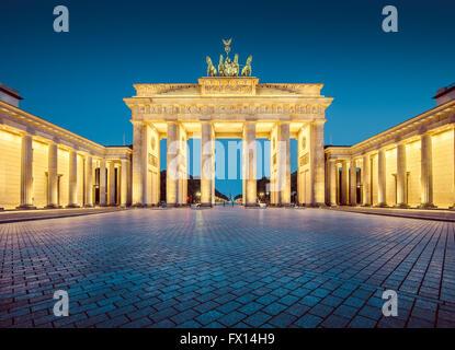 L'affichage classique de la célèbre Porte de Brandebourg dans le crépuscule, au centre de Berlin, Allemagne Banque D'Images