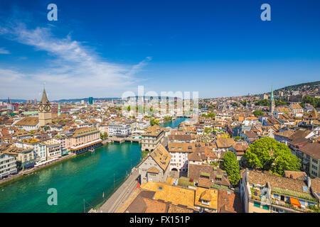Vue aérienne de la ville historique de Zürich avec rivière Limmat en été, Suisse Banque D'Images