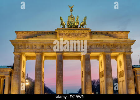 L'aube à la porte de Brandebourg à Berlin, Allemagne Banque D'Images