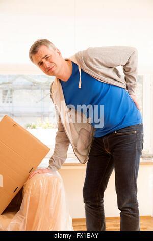 Homme à la déplacer avec dos Banque D'Images