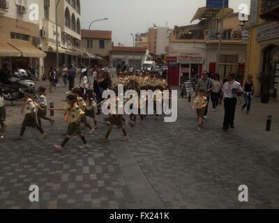 enfants marchant Banque D'Images