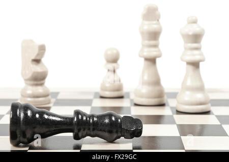 Le roi tombé dans un jeu d'échecs montrant plus de jeu