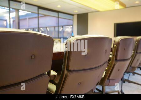 Sièges vides lors d'une table basse. Banque D'Images
