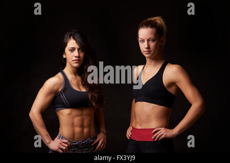 Portrait de deux jeunes femmes athlétiques dans les vêtements de sport Banque D'Images