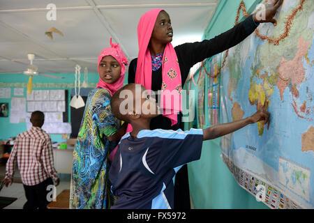 DJIBOUTI , Arta, à l'école, les enfants à la carte du monde / DSCHIBUTI, Arta, Schule, un Kinder einer Weltkarte