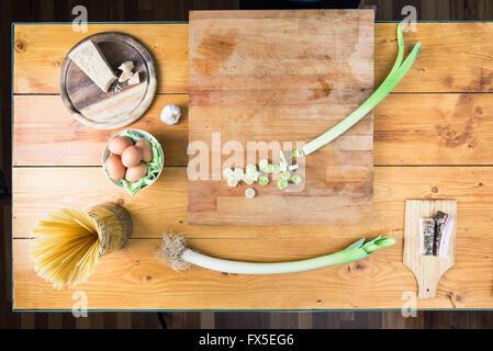 La préparation des pâtes carbonara's. Fond d'ingrédients. Banque D'Images