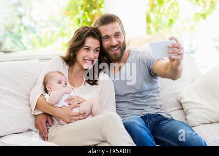 En famille sur un téléphone mobile selfies Banque D'Images