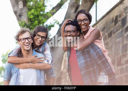 Les jeunes hommes de donner aux femmes de ferroutage Banque D'Images