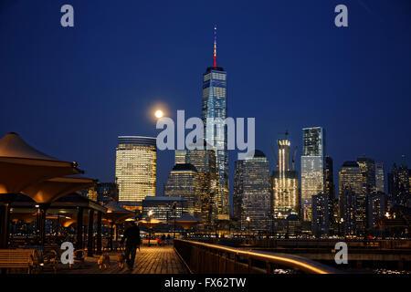 La lune se lève sur le World Trade Center dans le lower Manhattan, New York. photo par Trevor Collens Banque D'Images