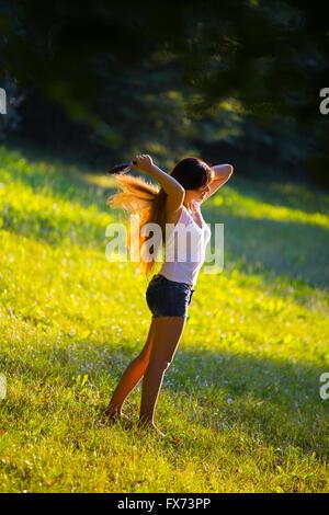 Brosser ses cheveux d'or dans la nature la marche à pied dans la nature les gens ordinaires hotpants shorts unique Banque D'Images