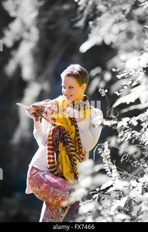 Le poil court adolescentes dans les bois avec le doigt pointant smiling happy séduisant beau foulard unique porte Banque D'Images