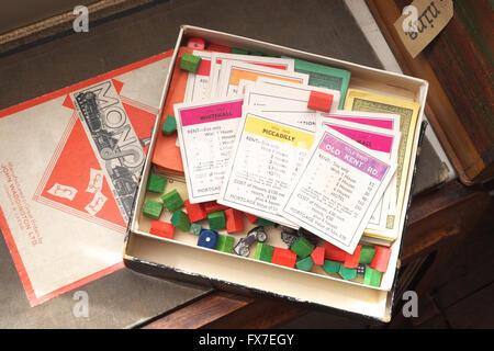 Jeu de Monopoly et vieux jeu de 1930 à vendre à un antiquaire