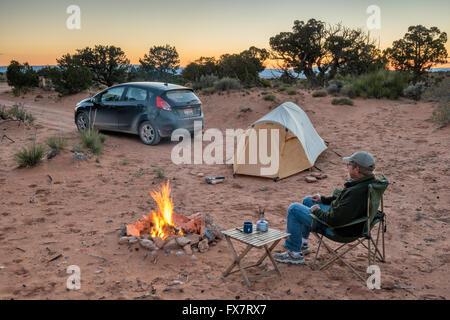 Camping-de camping au coucher du soleil près de Muley Point sur Cedar Mesa, Utah, USA Banque D'Images