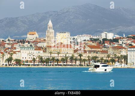 Un bateau à voiles de l'autre côté de la promenade de Riva de Split avec le palais de Dioclétien et clocher en arrière-plan