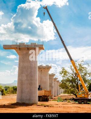 Supports en béton de Chinois financé Nairobi à Mombasa au Kenya Projet de chemin de fer formant des ponts permettant Banque D'Images